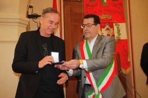 Björn Larsson riceve il sigillo della città di Pordenone dall'assessore alla cultura Pietro Tropeano
