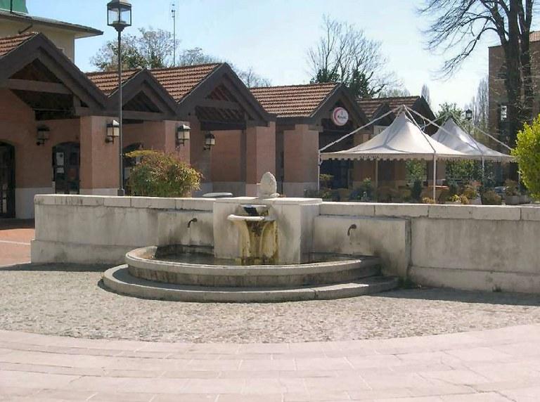 5-126-fontana-piazza-lozer.jpg