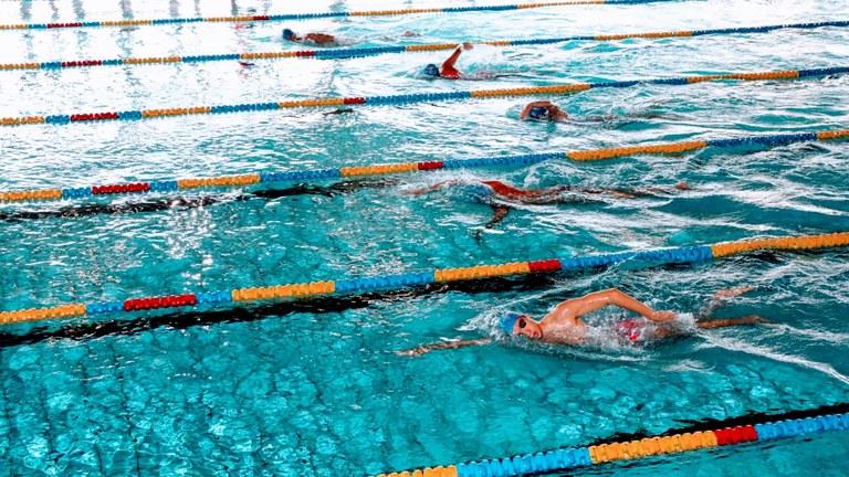 piscina-comunale-nuotatori-16-9.jpg