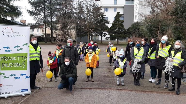 Il «pedibus» cresce: oltre 300 bambini a scuola a piedi