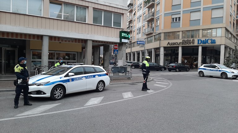 In piazza Risorgimento due pattuglie della polizia locale 7 giorni su 7
