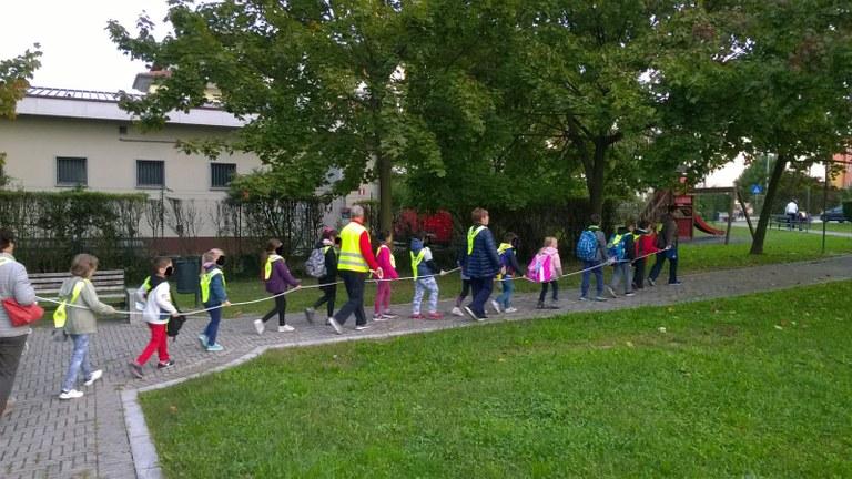 Pedibus, bimbi a piedi a scuola con i volontari