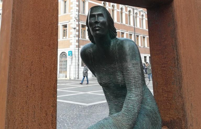 Scarica la brochure con il percorso delle opere di Lucchi lungo le vie e le piazze della città