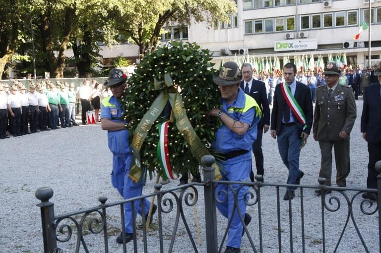 Inizio della cerimonia con la deposizione  della corona al Munumento ai Caduti