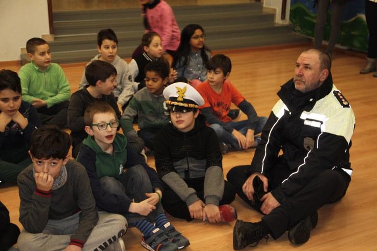 Foto  Il Comandante della P L in mezzo agli alunni