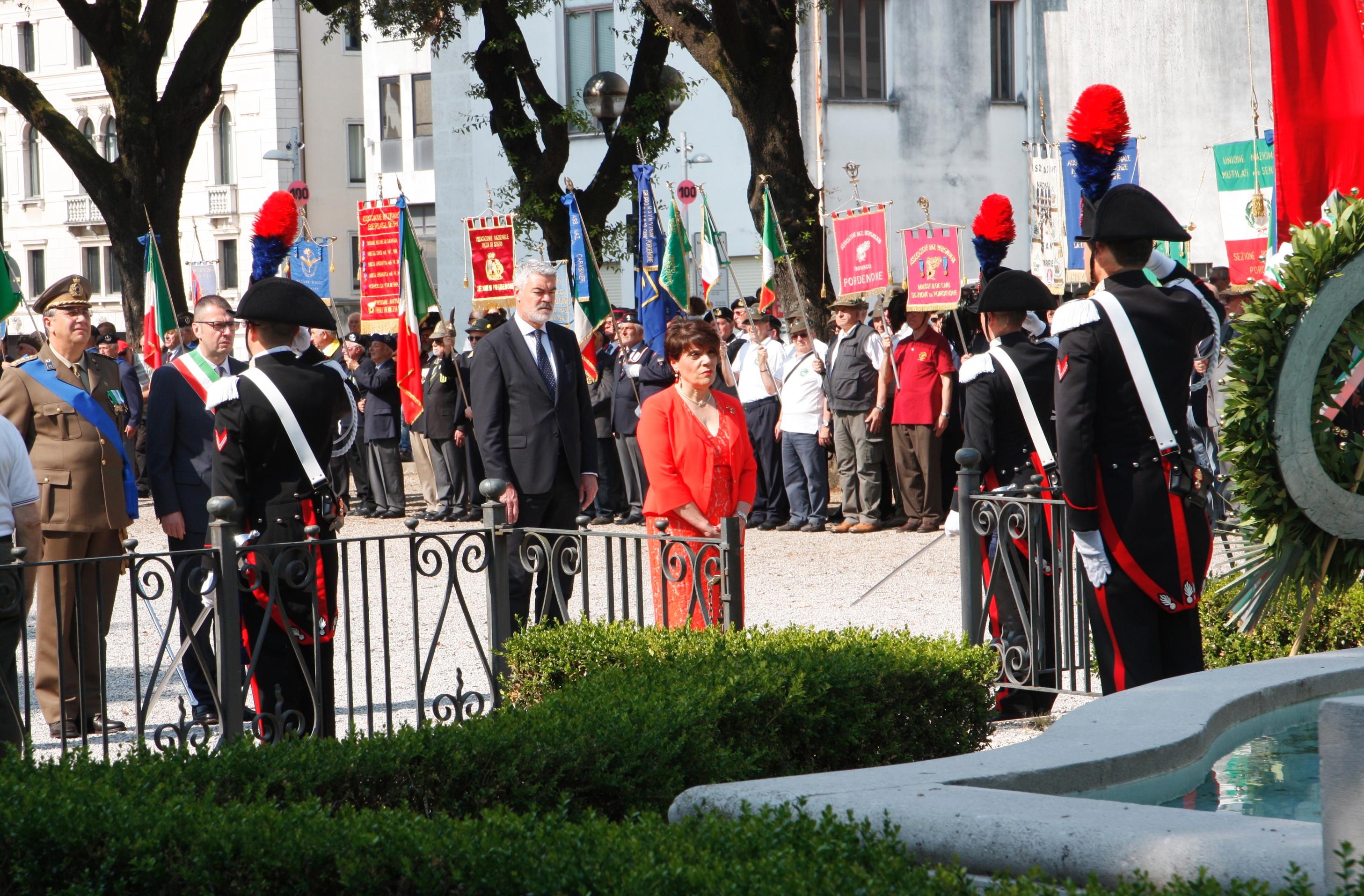 Foto     Deposizione di corona al Monumento ai Caduti