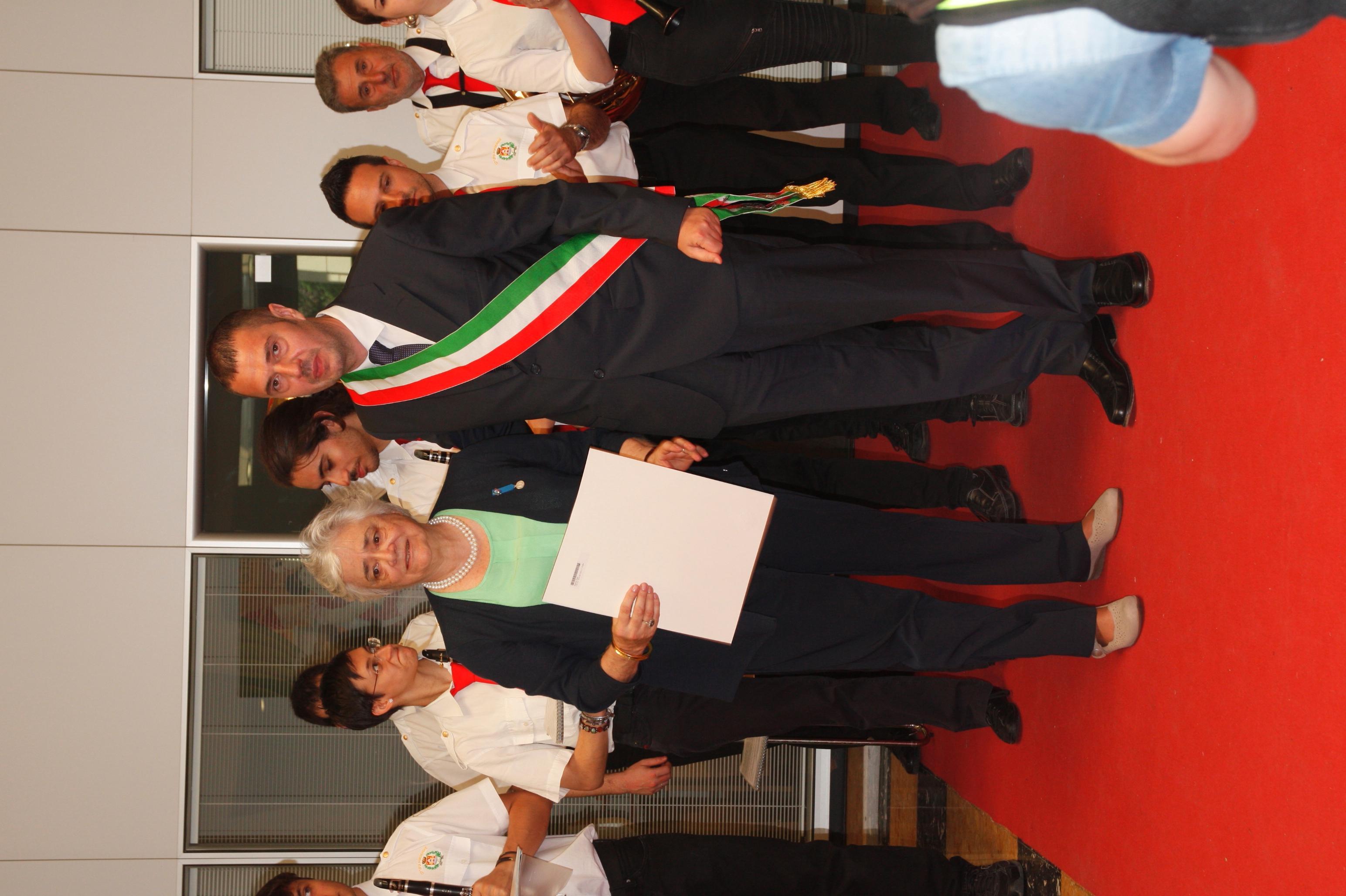 Foto Il Sindaco Alessandro Ciriani consegna l'onorificenza a Julia Marchi