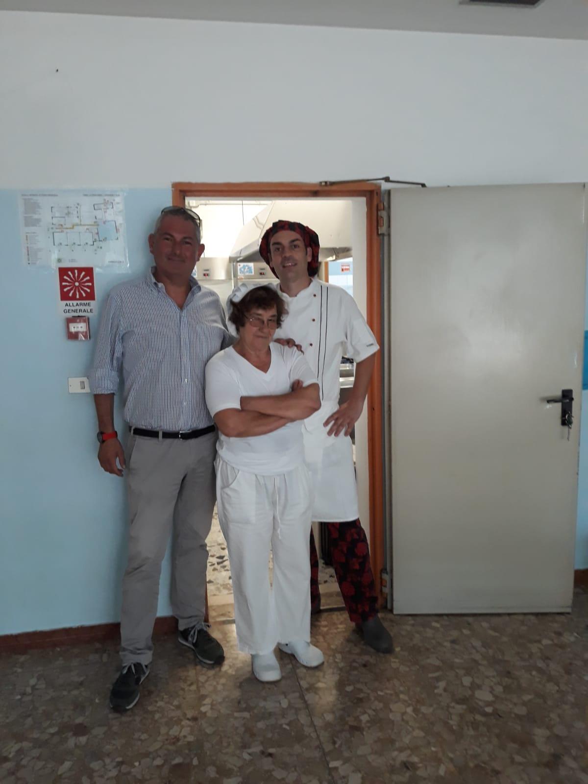 Foto   Il Consigliere Basso con i cuochi