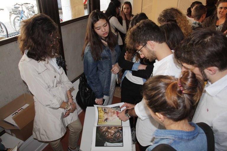 Foto  Consultazione del  catalogo della mostra