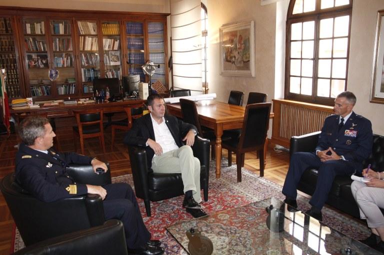 Foto   Gli opsiti nell'ufficio del primo cittadino