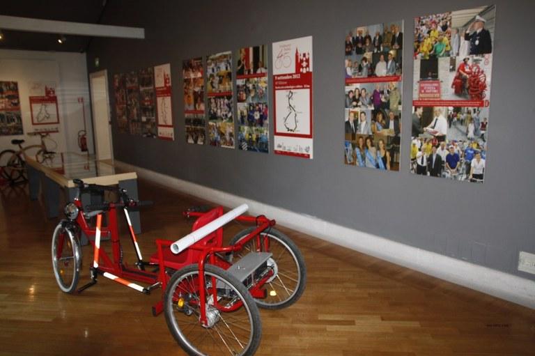 Foto  Una sala Fotografie e prototipo di bicicletta