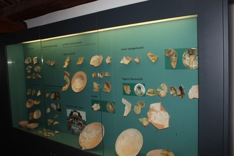Foto  Teca con reperti archeologici