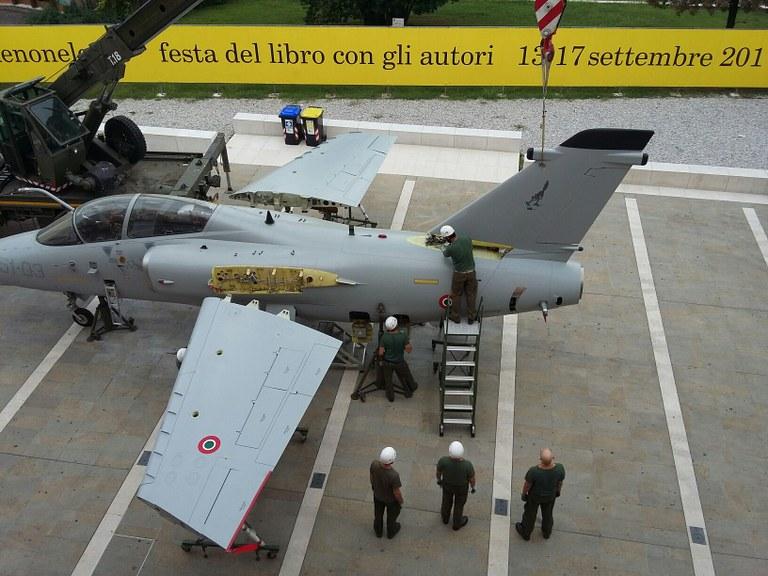 Foto Fasi di assemblaggio di un aereo in pizzetta Calderari