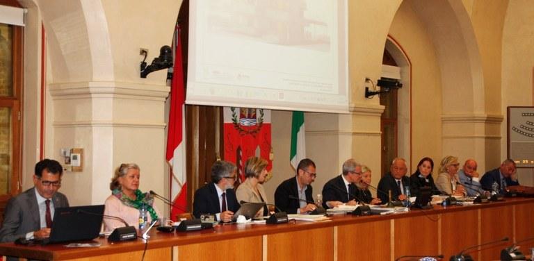 Foto Il tavolo della Giunta comunale