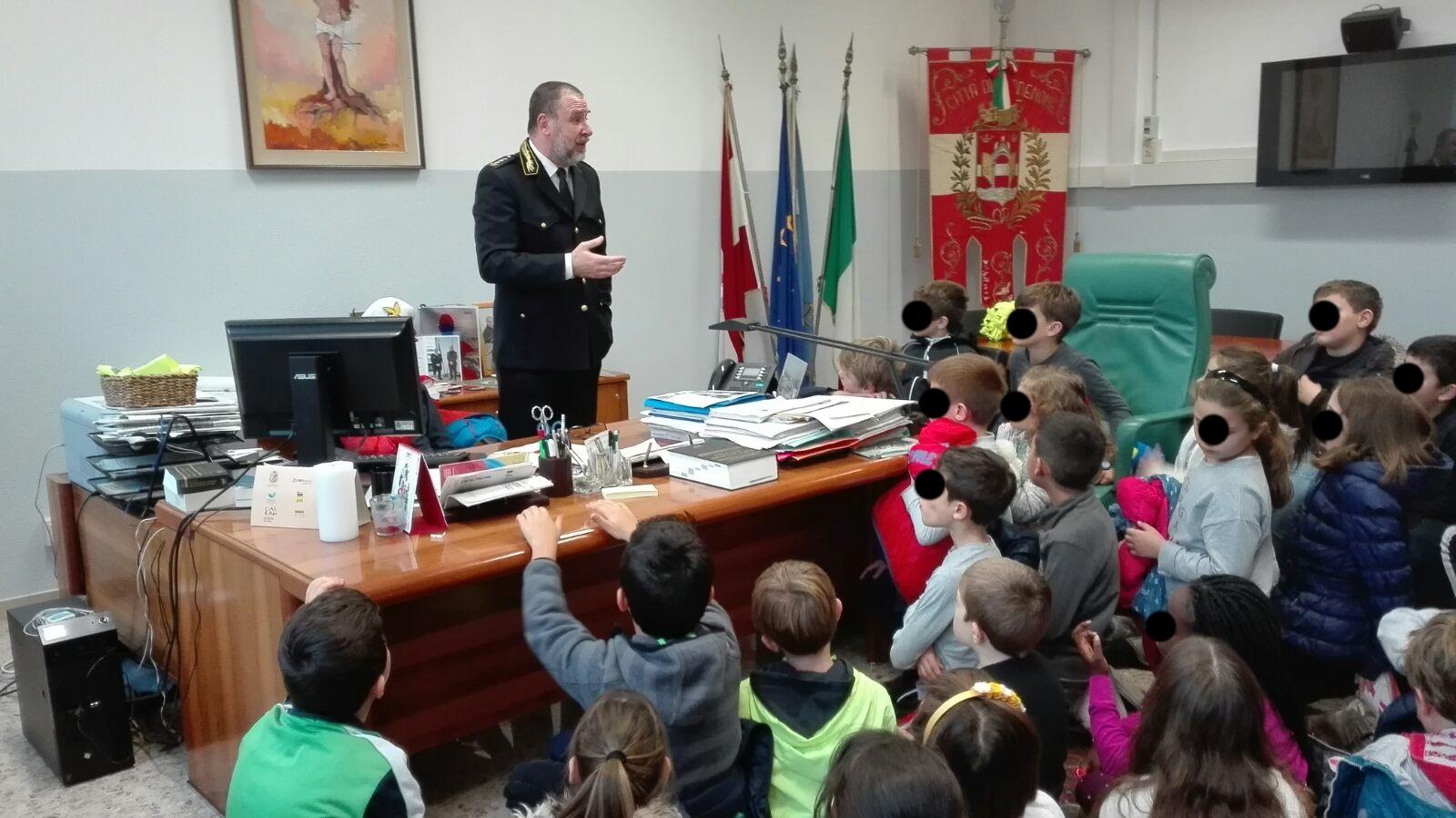 Foto    Scolari  ricevuti dal Comandate Stefano Rossi