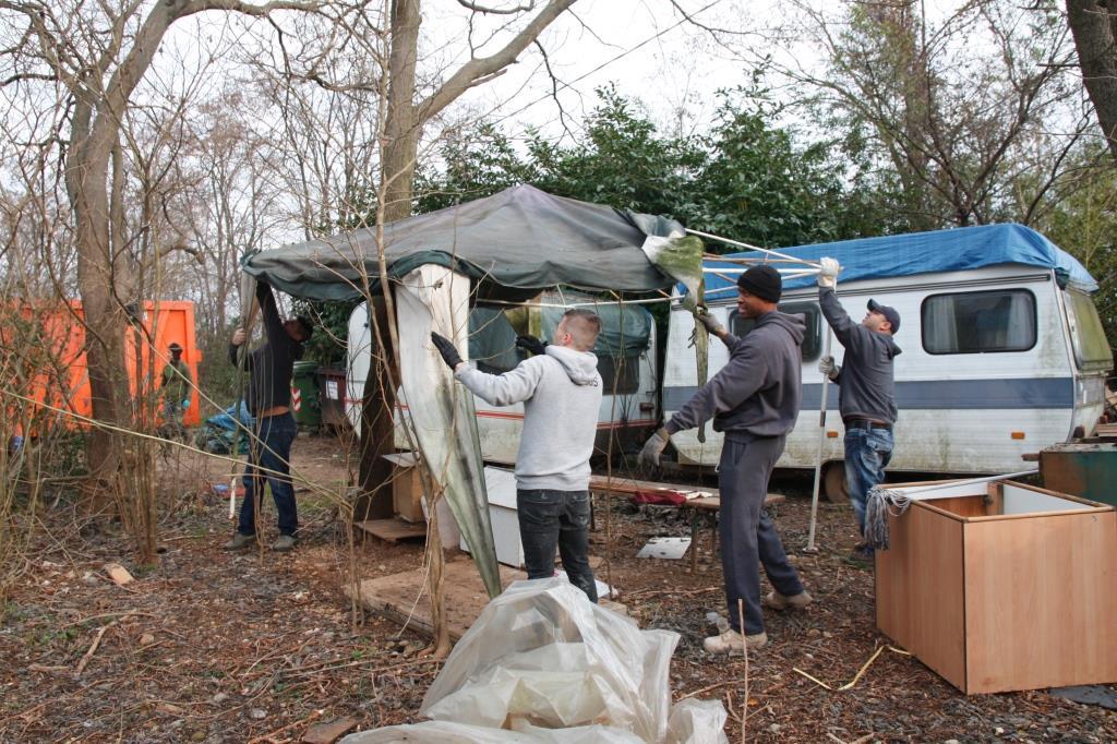 Foto  I volontari  puliscono  l'area dove sorgerà il II lotto