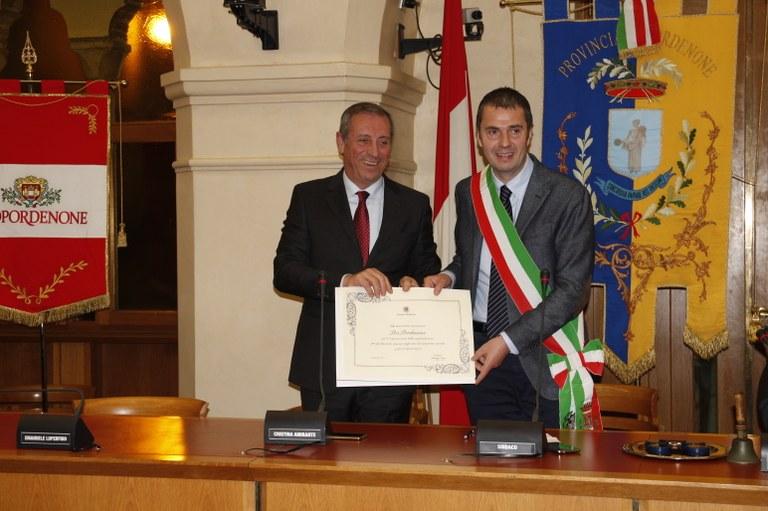 Foto    Il sindaco Alessandro Ciriani consegna l'attestato al presidente Giuseppe Pedicini
