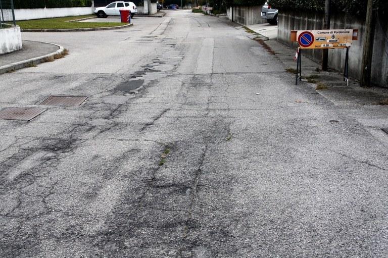 Foto  Il degradato  asfalto