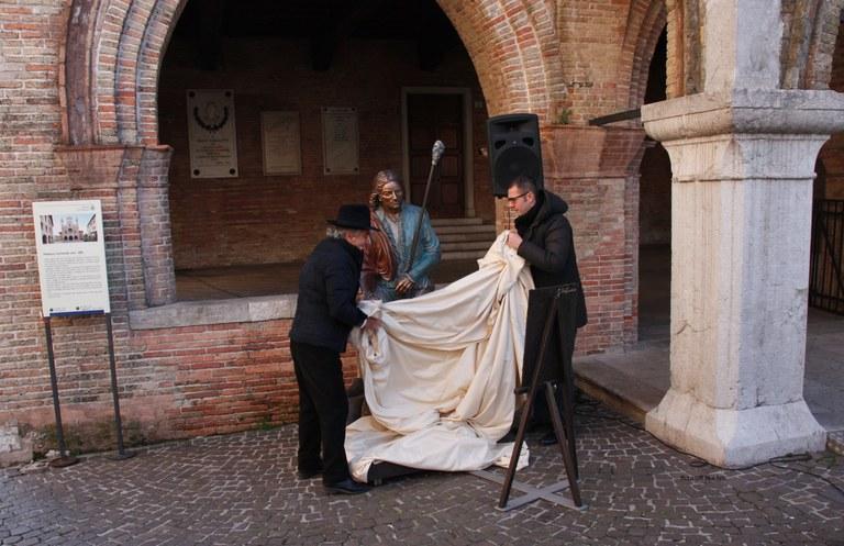 Foto   Il sindaco Ciriani e lo scultore Bacci  : via il telo