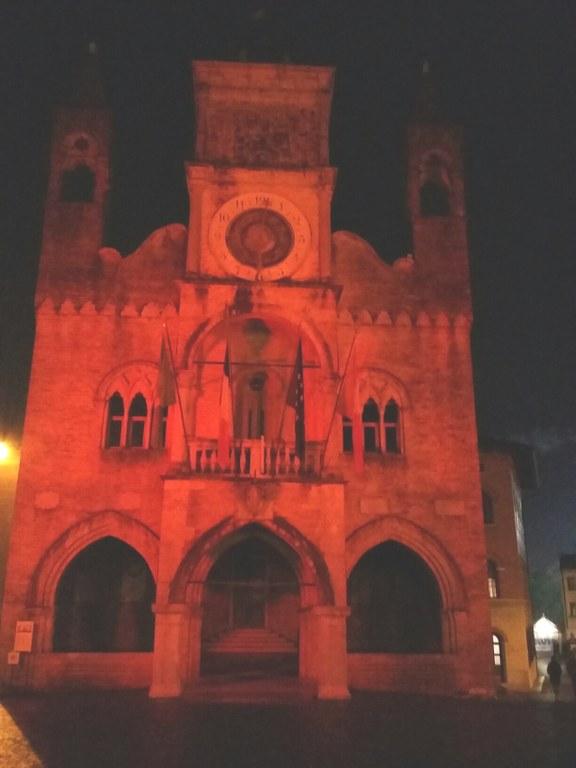 Foto   Il Municipio illuminato di rosso