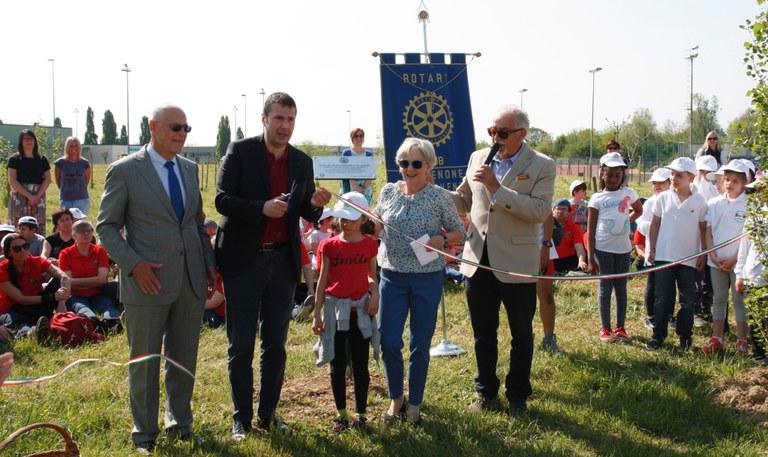 Foto    Il taglio del nastro e la targa Rotary