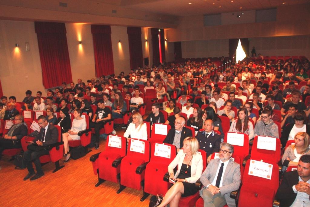 Foto   Studenti e insegnanti al convegno