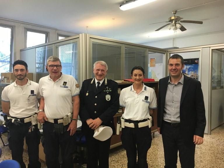 Foto Il sindaco con il comandante e alcuni agenti