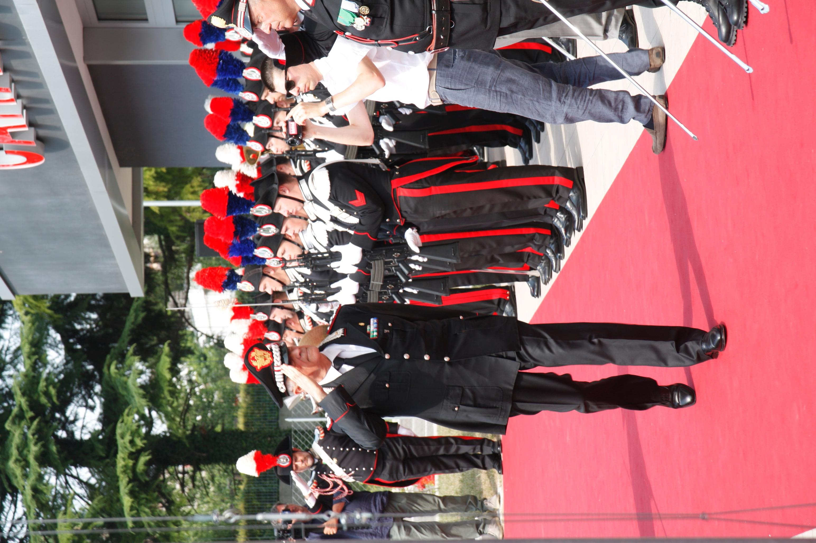 Il Gen Comandante Tullio Del Sette in rassegna al picchetto d'onore