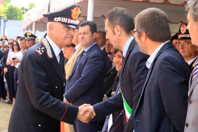 Il Gen Comandante  saluta le autorità