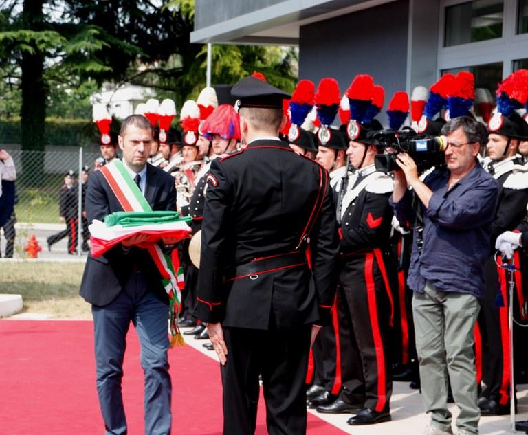 Il Sindaco Alessandro Ciriani consegna la Bandiera