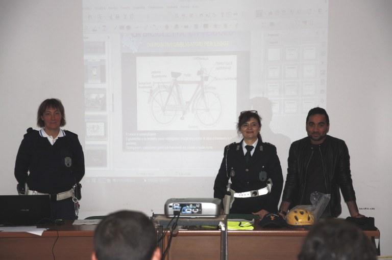 Foto  Due agenti e il mediatore culturale