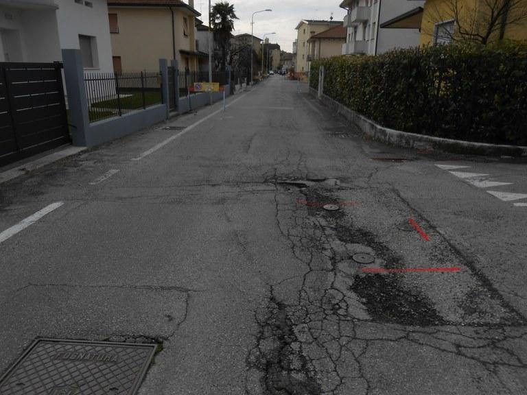 Foto Lo stato di degrado del fondo stradale