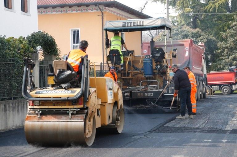 Foto Uomini e macchine operatrici al lavoro