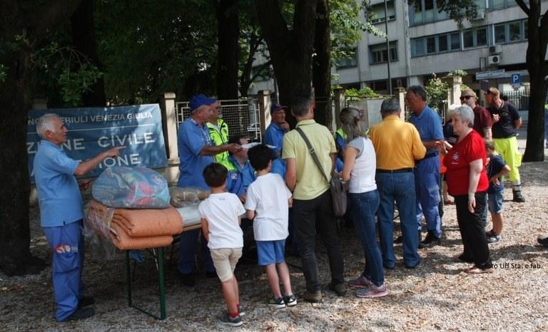 I cittadini si registrano nell'area di attesa