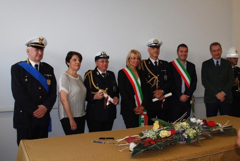 Foto  Amministratori con due agenti premiati