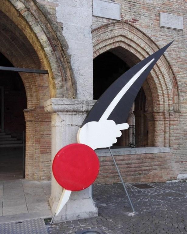 Foto Penna nera con nappina rossa
