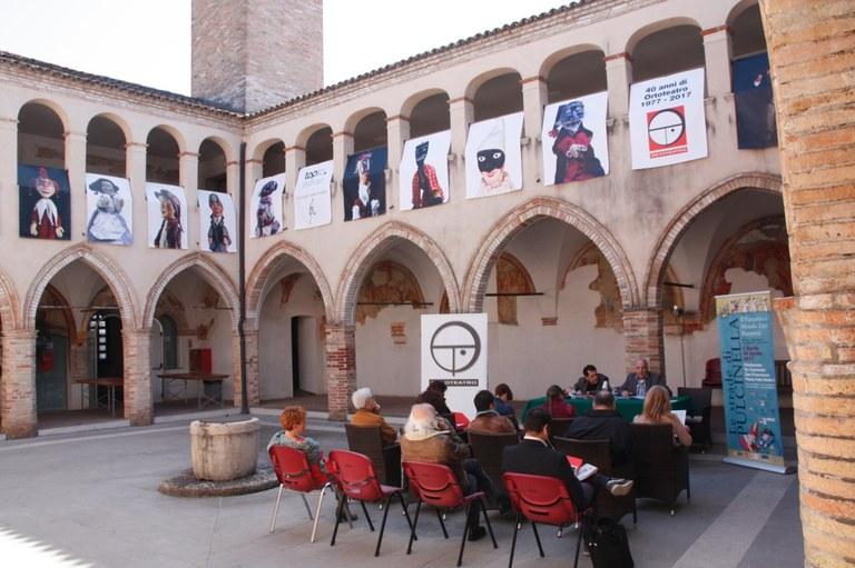 Foto La presentazione nel chiostro di San Franc3esco