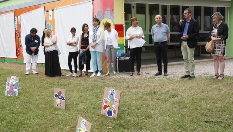 Foto  Il Sindaco  Ciriani  l'assessore  Amirante e il corpo insegnanti