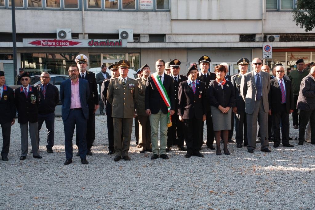 Foto  Autorità pubbliche e militari in piazzale Ellero dei Mille