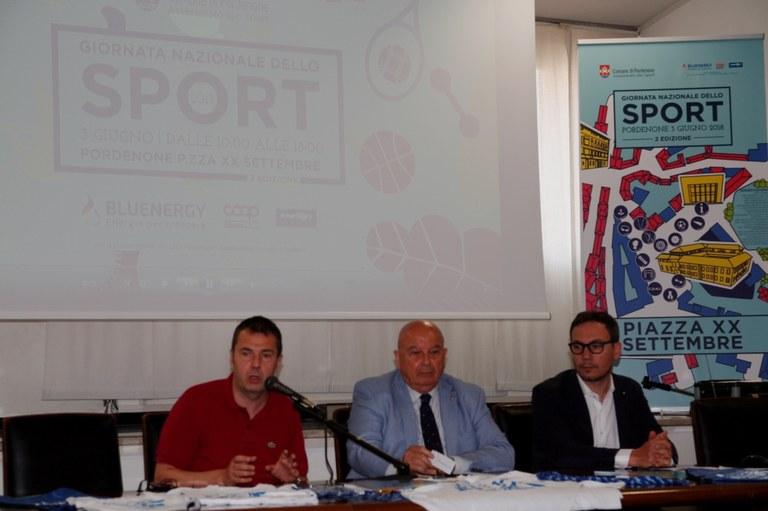 foto  Sindaco e assessore  illustrano l'iniziativa sportiva