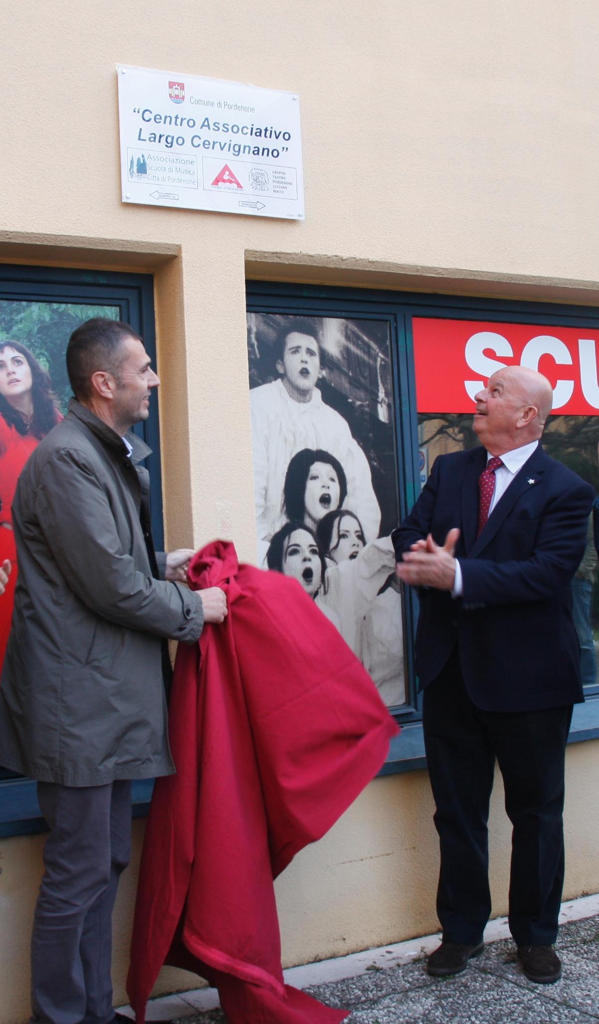Il sindaco Alessandro Ciriani e l'assessore Walter De Bortoli scoprono la targa