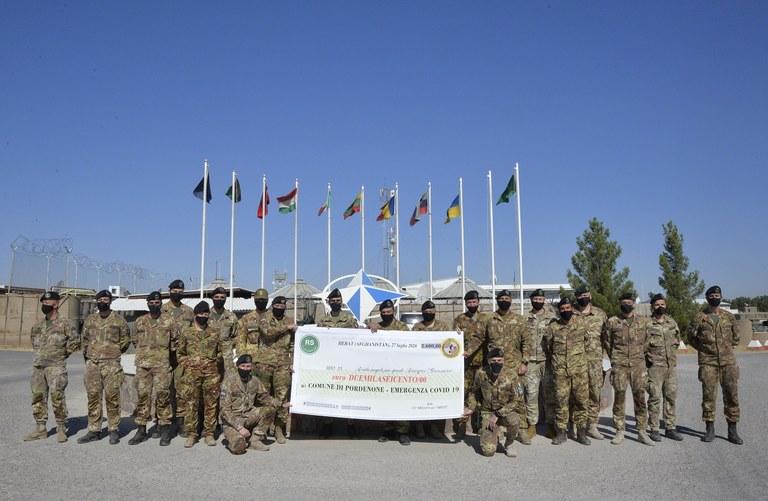 2. I militari dell'Ariete donano l'assegno al Comune di Pordenone.JPG