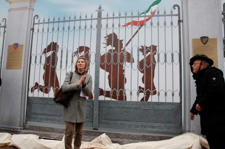 Bersaglieri Monumento Ingresso  caserma 015.JPG