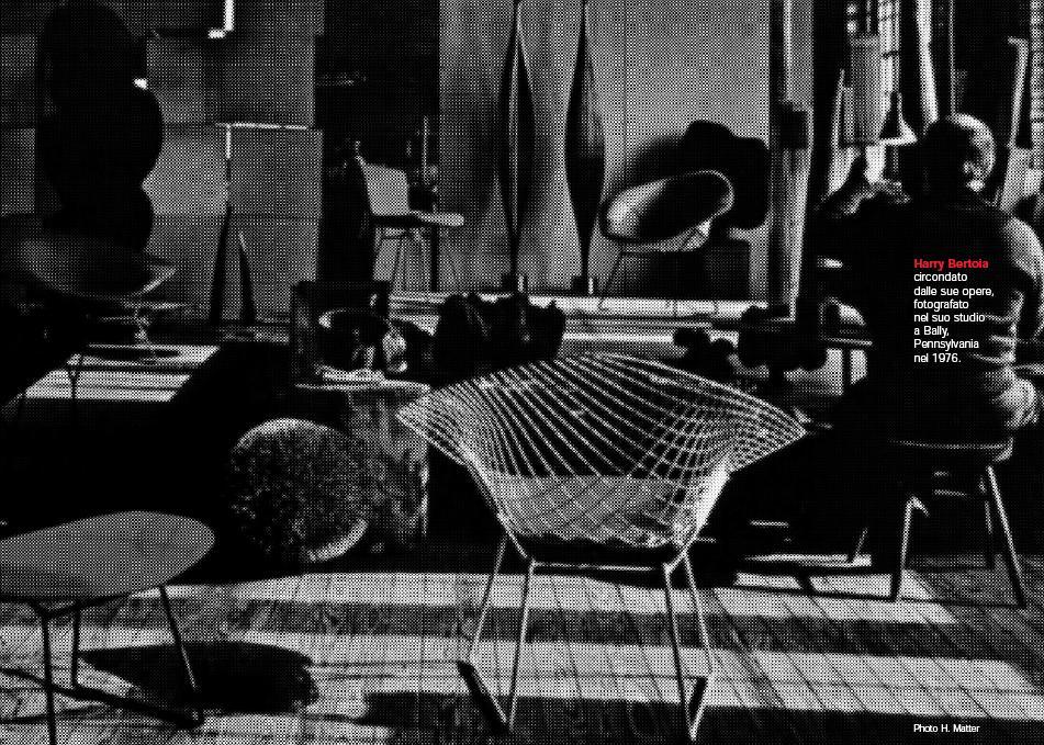 Harry Bertoia circondato dalle sue opere