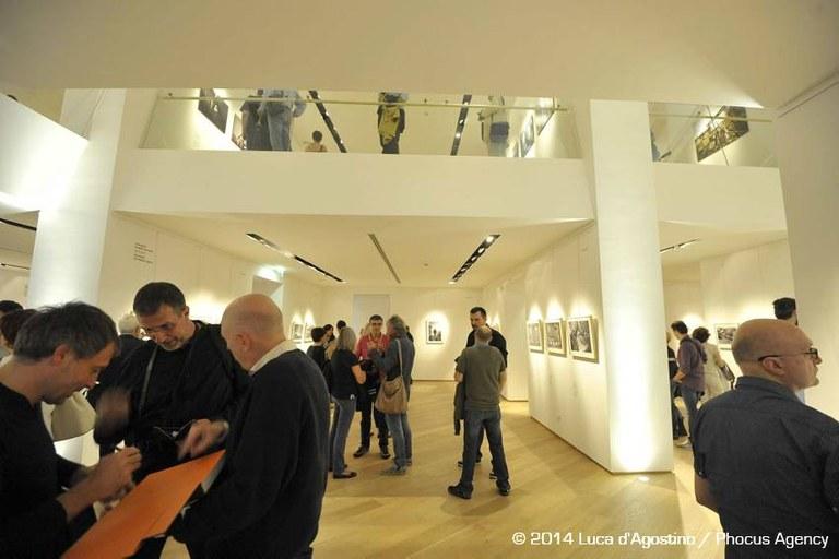 Pubblico all'inaugurazione della mostra «Ashes/Ceneri»