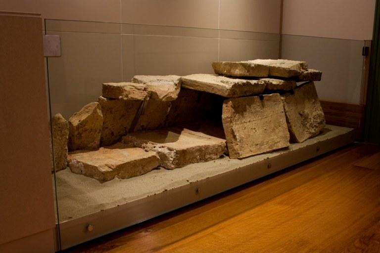 Tomba di bambino dalla necropoli di Torre